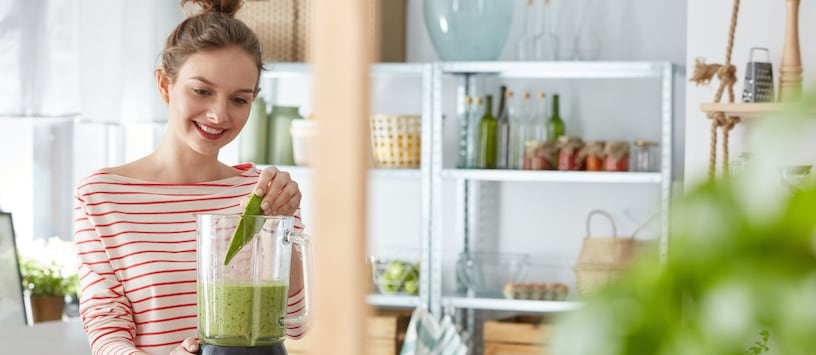A woman blending a green smoothie. Take Holistic Nutrition Electives at Hawthorn.